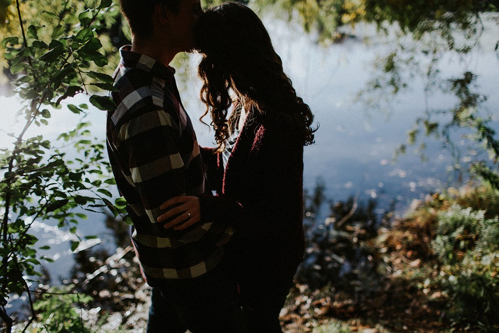 autumn-couple-by-a-lake-7