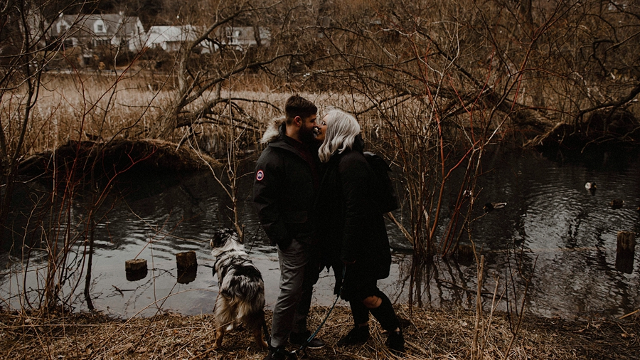 couple kiss by the water